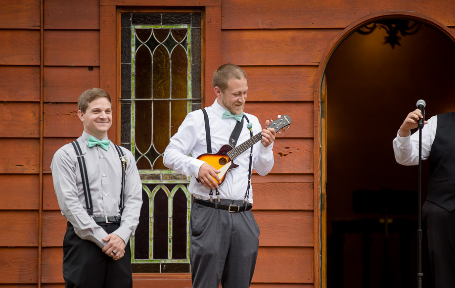 groom playing ukulele for bride to walk down the asile