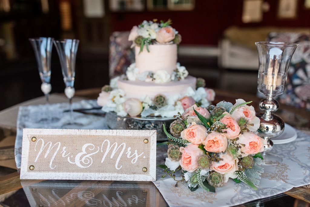 rustic mr and mrs sign and the blush wedding cake