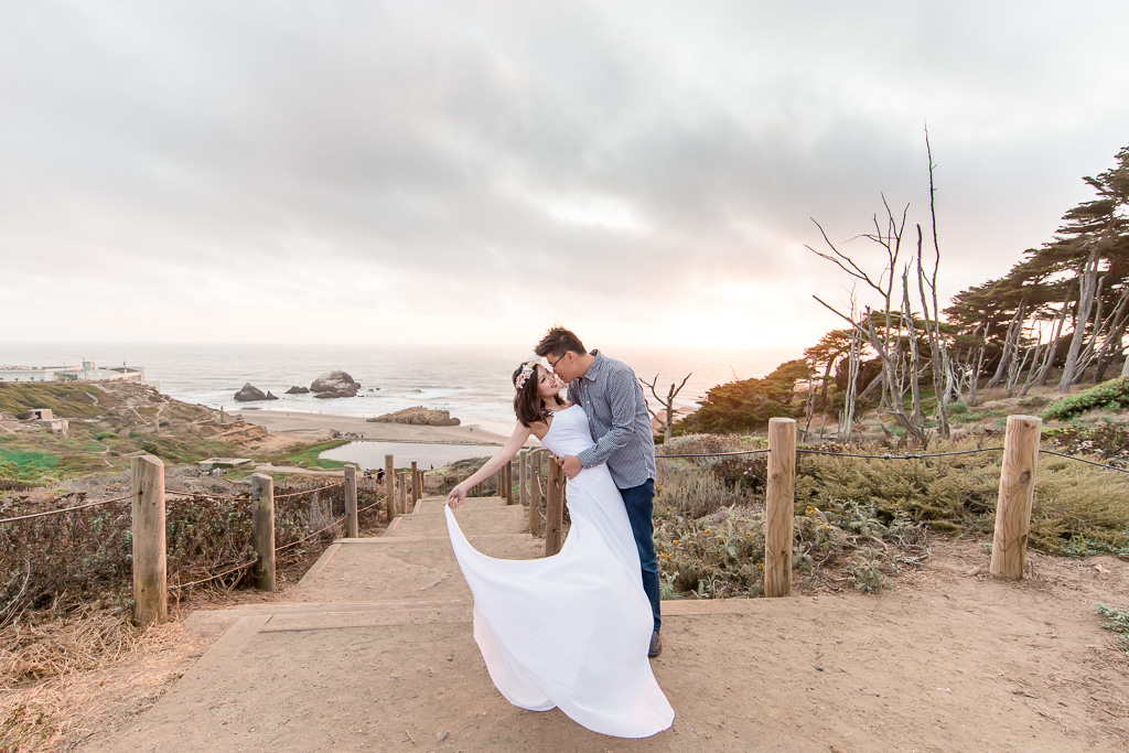 beautiful sunset engagement photo at Lands End 湾区旧金山婚纱摄影