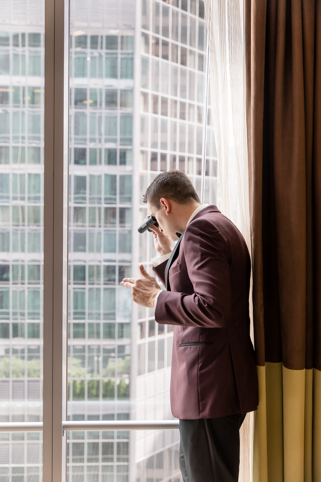 a funny picture of the groom getting ready at fairmont pittsburgh