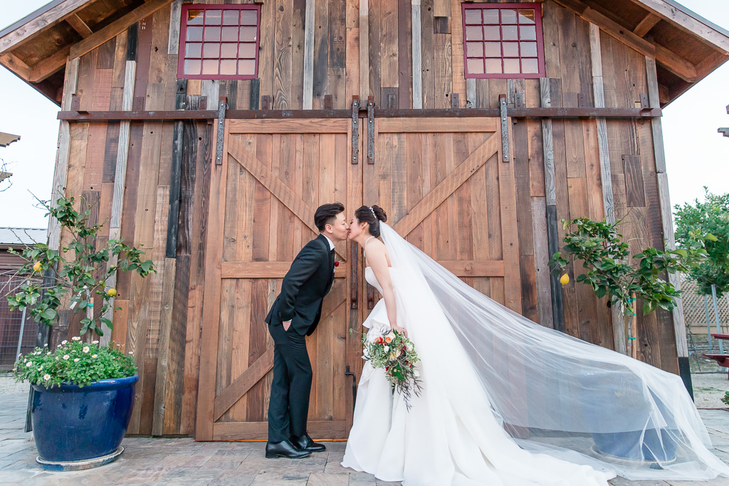 regale winery wedding photo outside the barn