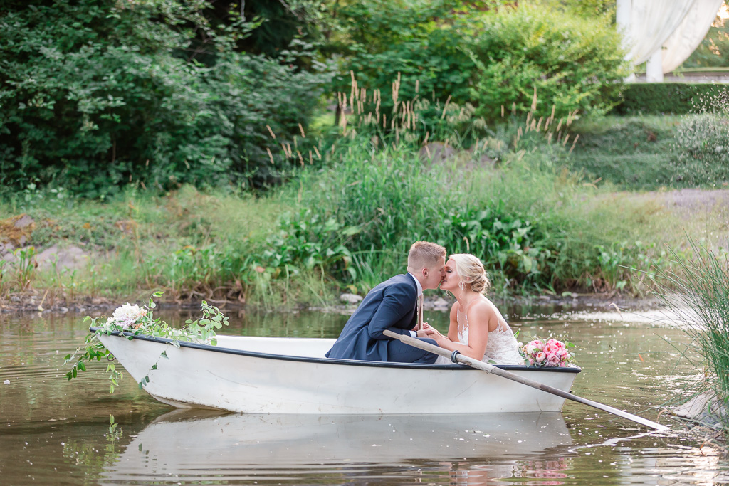 rock creek gardens wedding photo in a rowboat