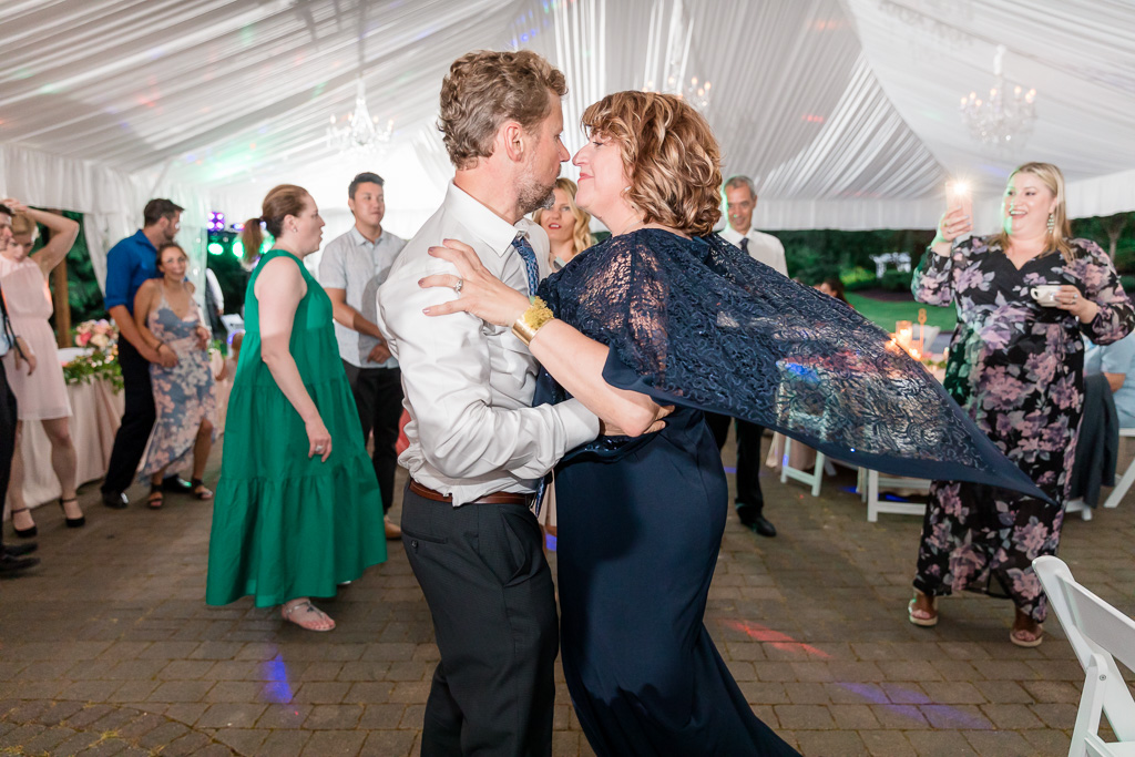 groom's parents were so good at dancing