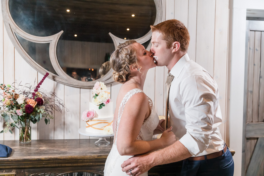 a sweet kiss to end the cake cutting ceremony