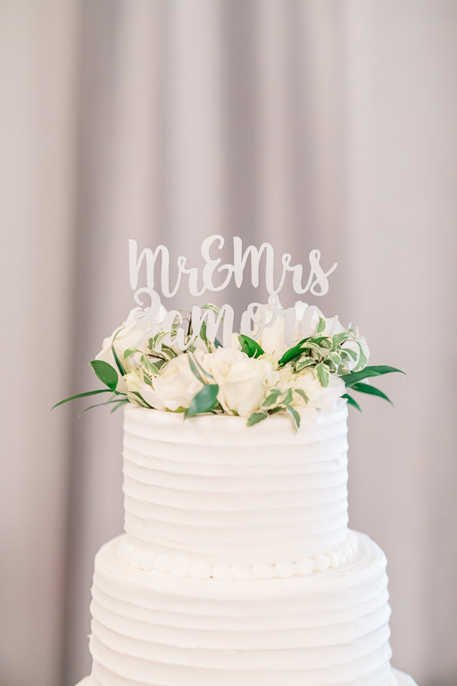 classic and simple wedding cake