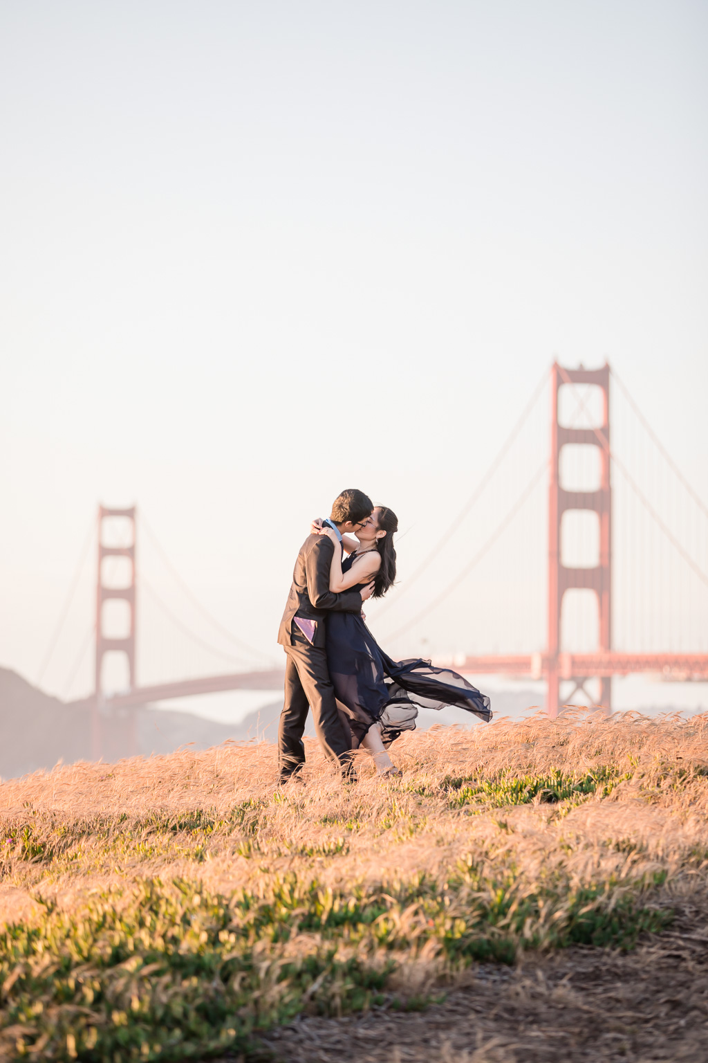 kissing in front of Golden Gate Bridge